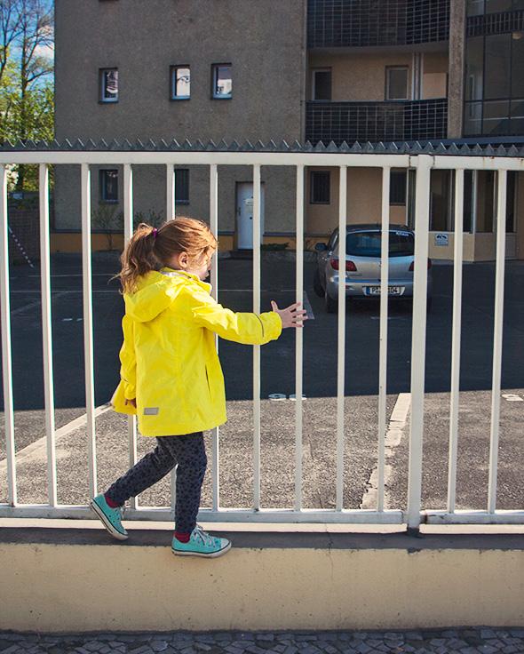 Kinderfotografie Berlin Outdoorjacke von Reima Hose von elfenkind berlin