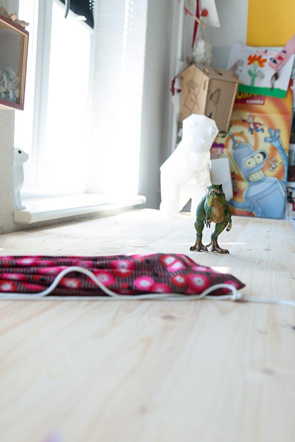 Dino auf dem Tisch