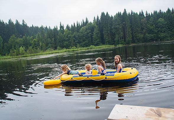 Picknick am See - vier Mädchen im Schlauchboot