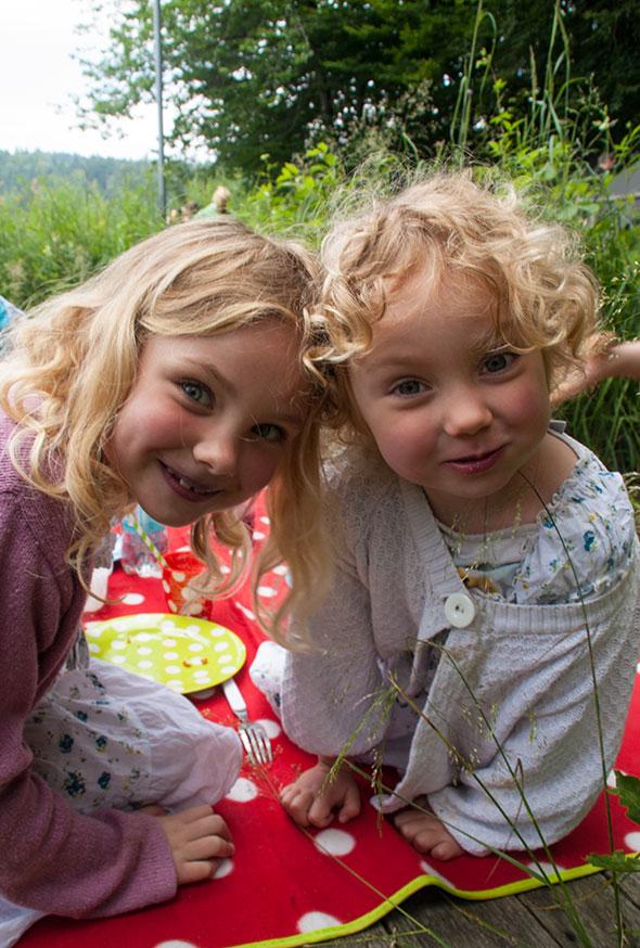 Picknick am See - Isabella und Amelie auf Picknickdecke
