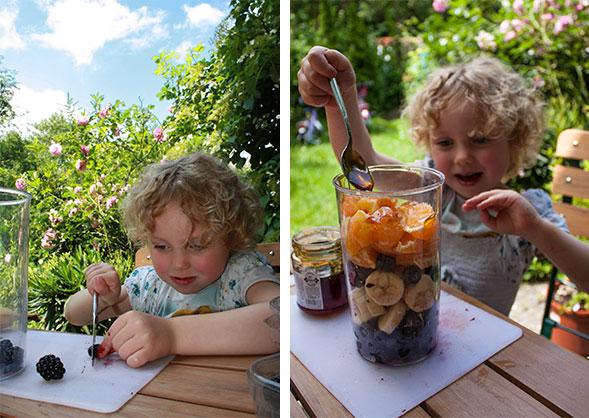 Picknick am See - Amelie scheidet Obst für Smoothie
