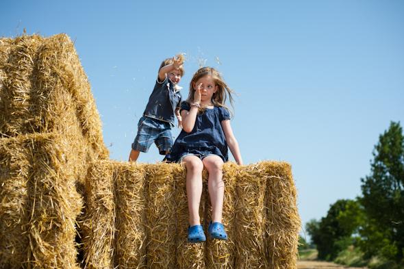 Weizenernte - Peter ärgert Anna auf Strohballen