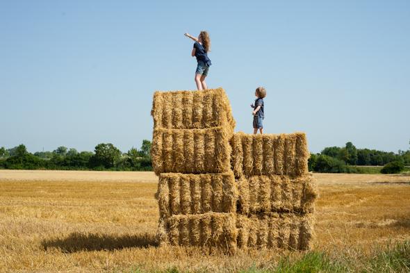 Weizenernte - Peter und Anna auf Strohballen