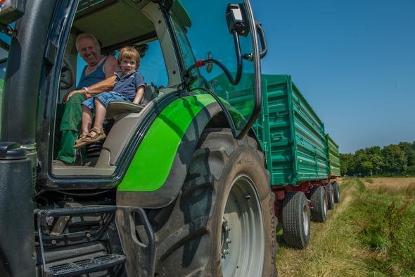 Weizenernte - Peter mit Bauer Leitner im Traktor