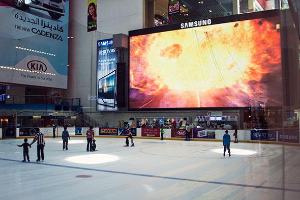 Eislaufen in der Dubai Mall - mit Riesenglotze