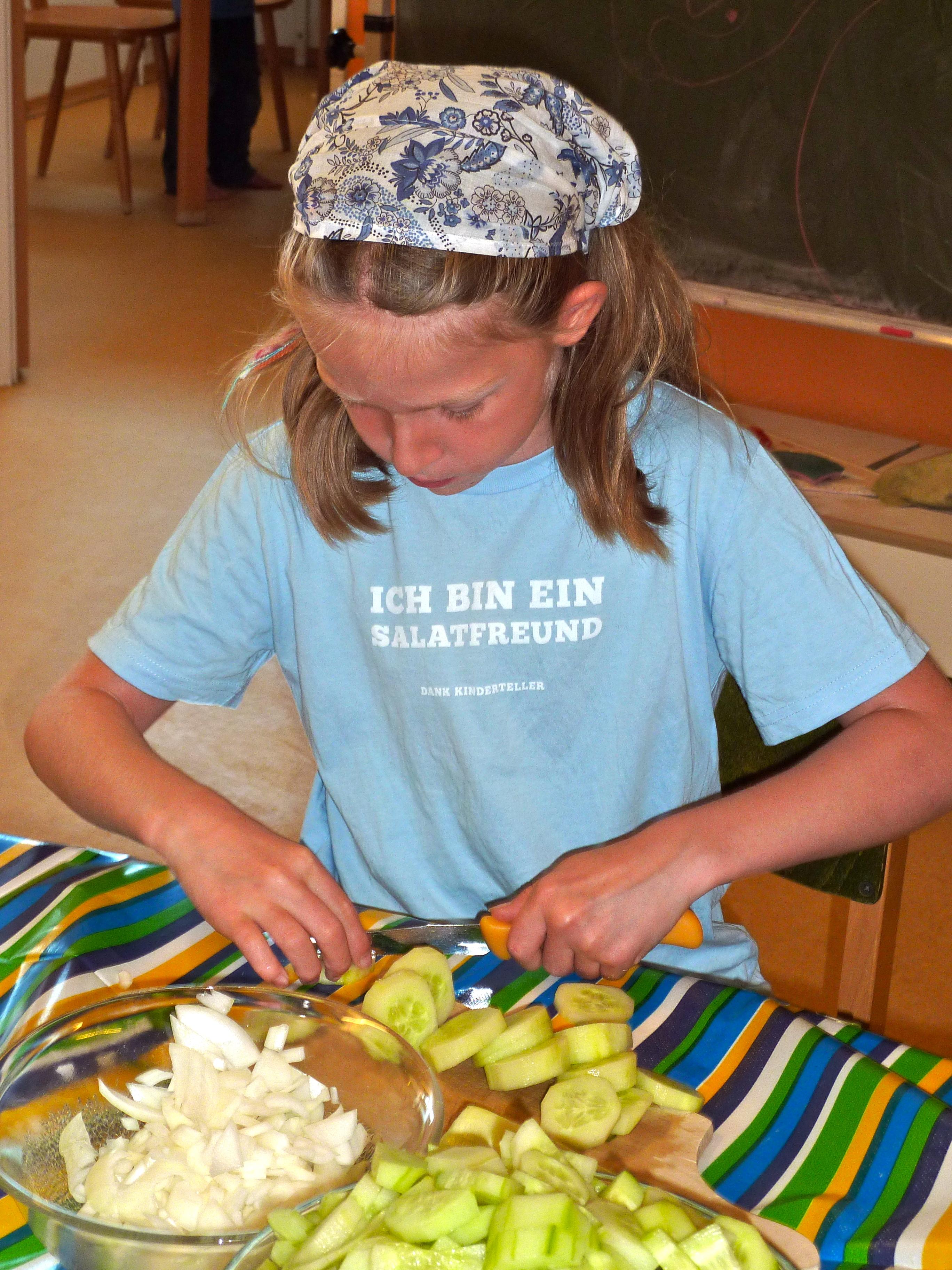 Norderney - Kochen mit Kindern - Mädchen schneidet Gurke