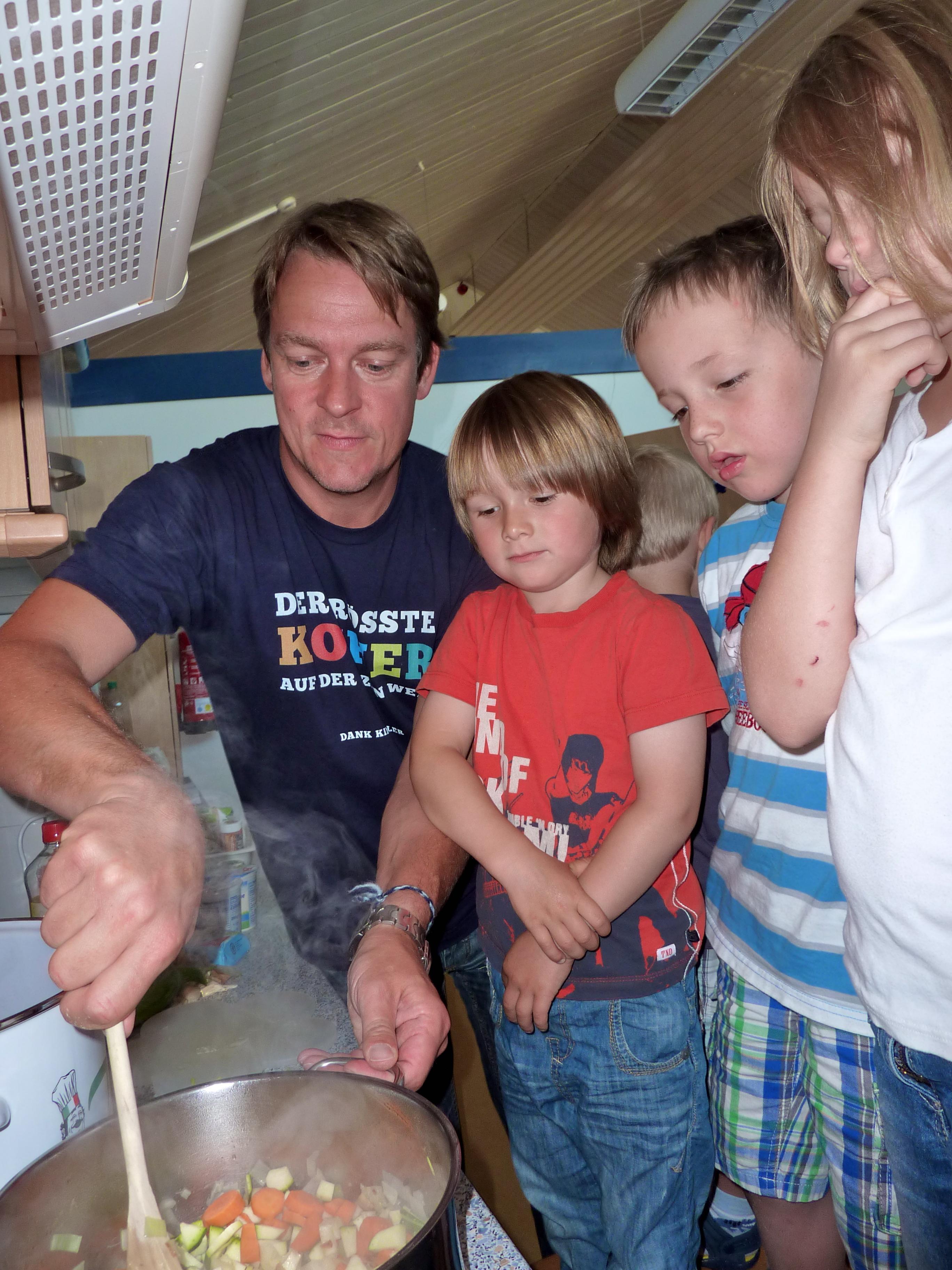 Norderney - Michael König brät mit Kindern Gemüse an