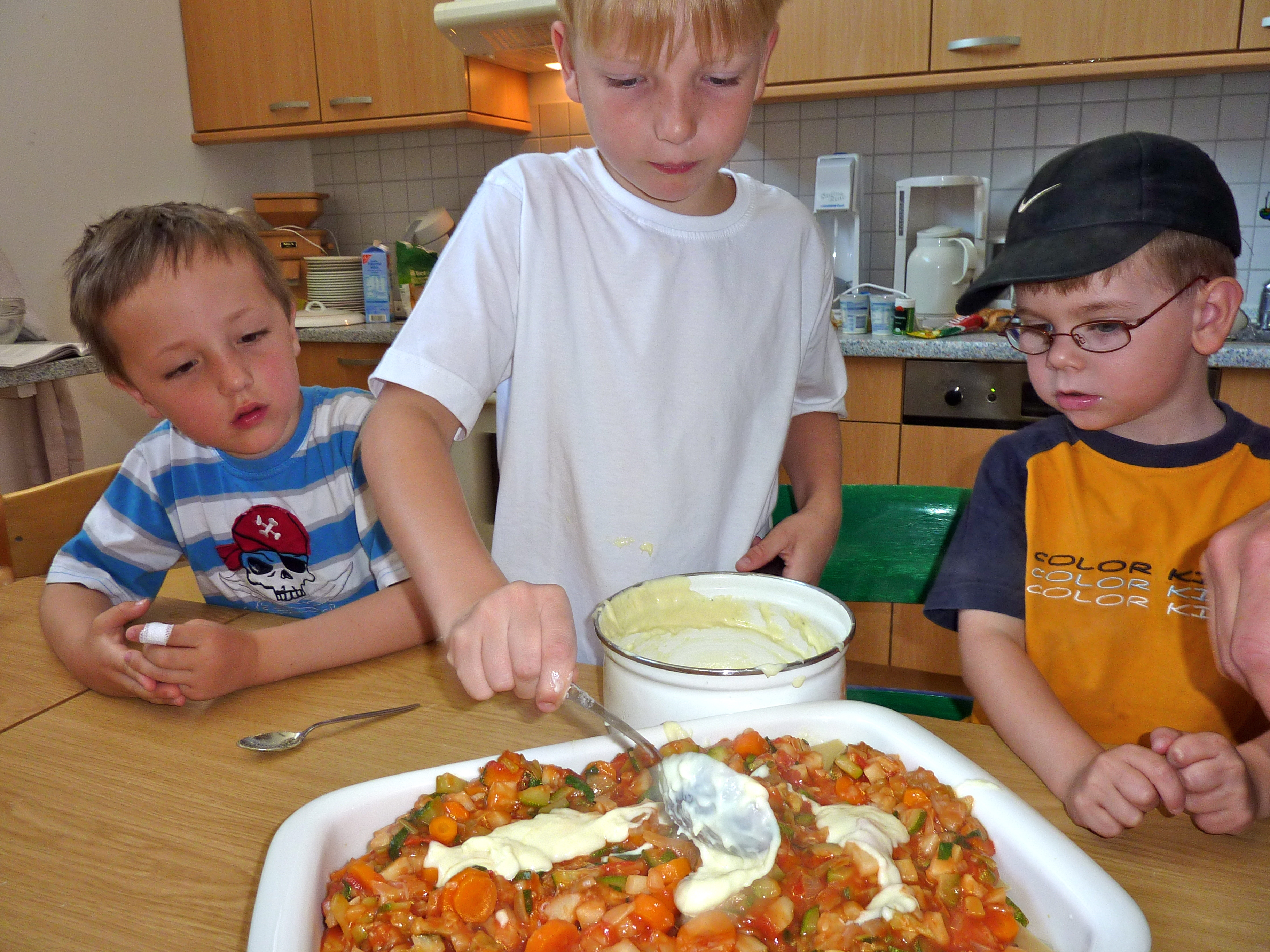 Norderney - Junge bereitet Gemüselasagne vor