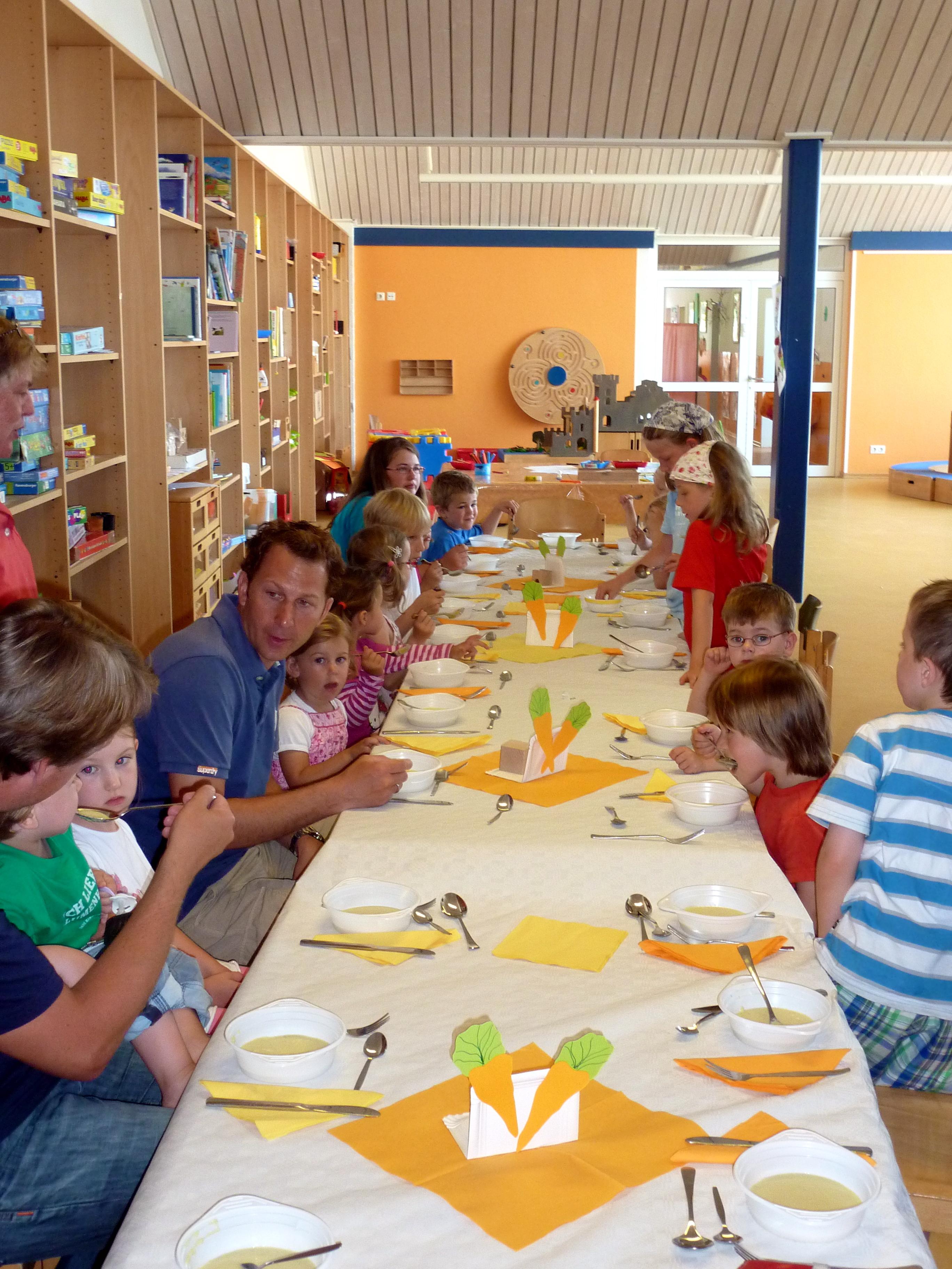 Norderney - Kinder essen gemeinsam Gemüselasagne