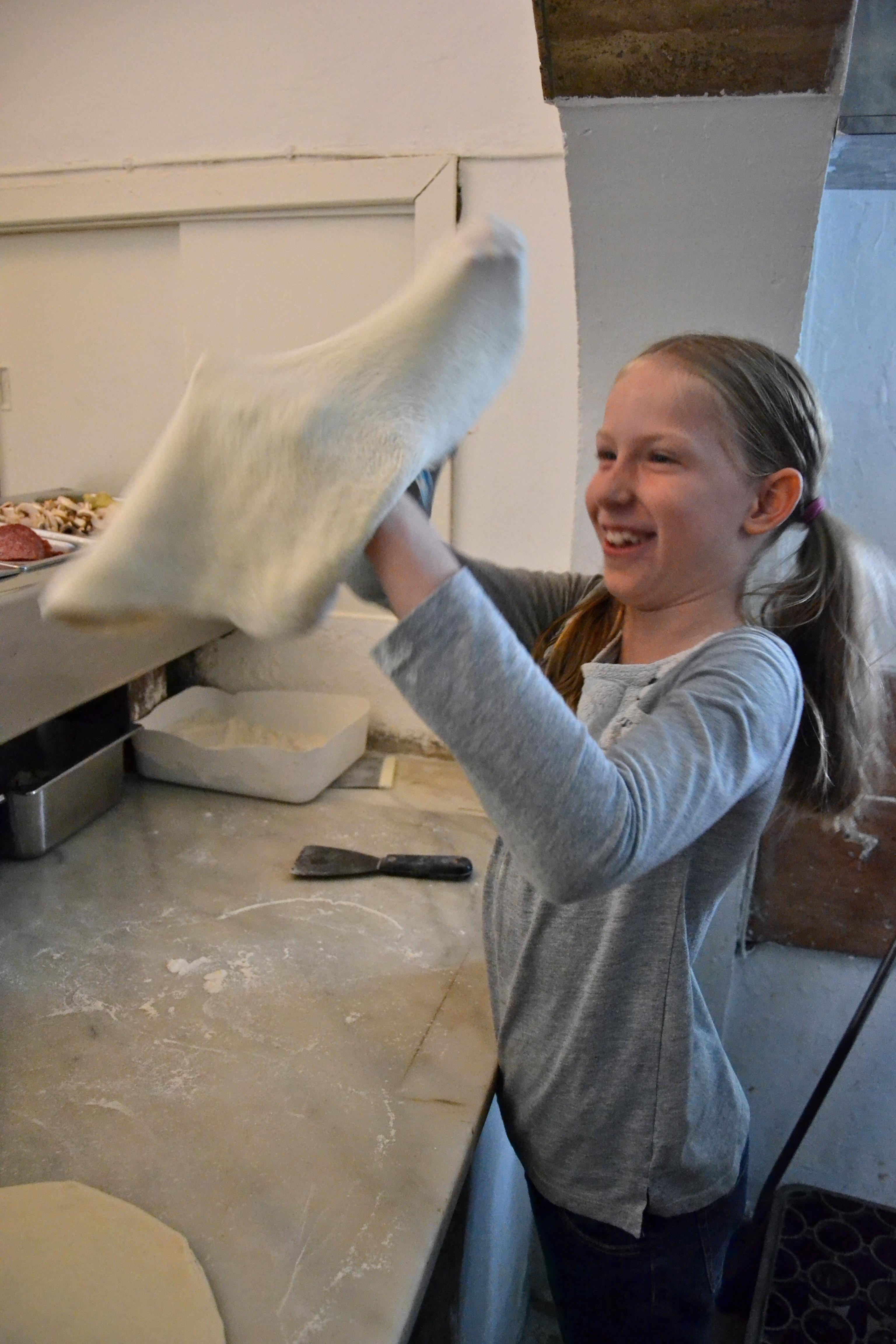 Kinderpizza - Marie knetet ihren Pizzateig