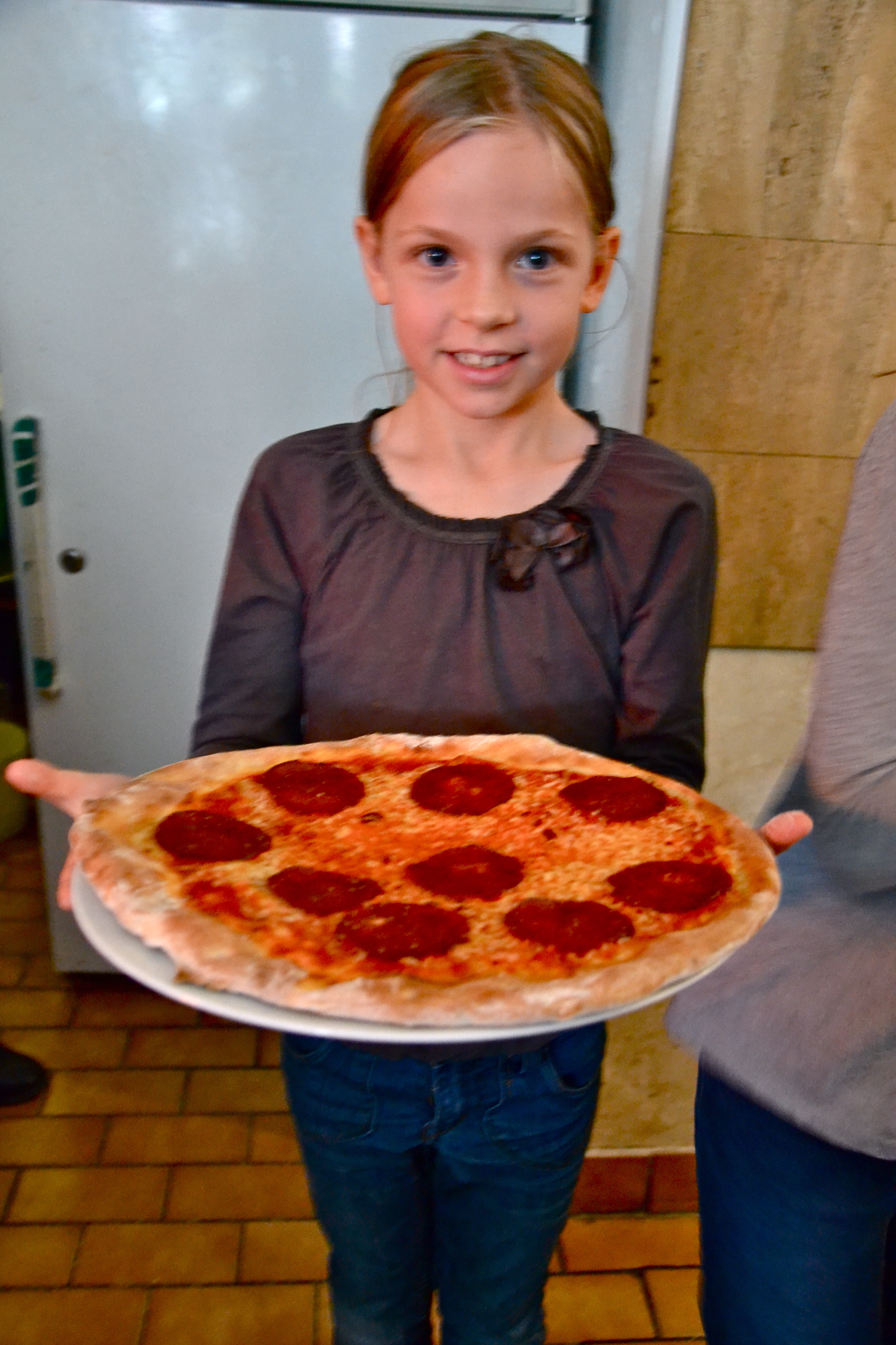 Kinderpizza - Anna zeigt ihre selbst gemachte Pizza