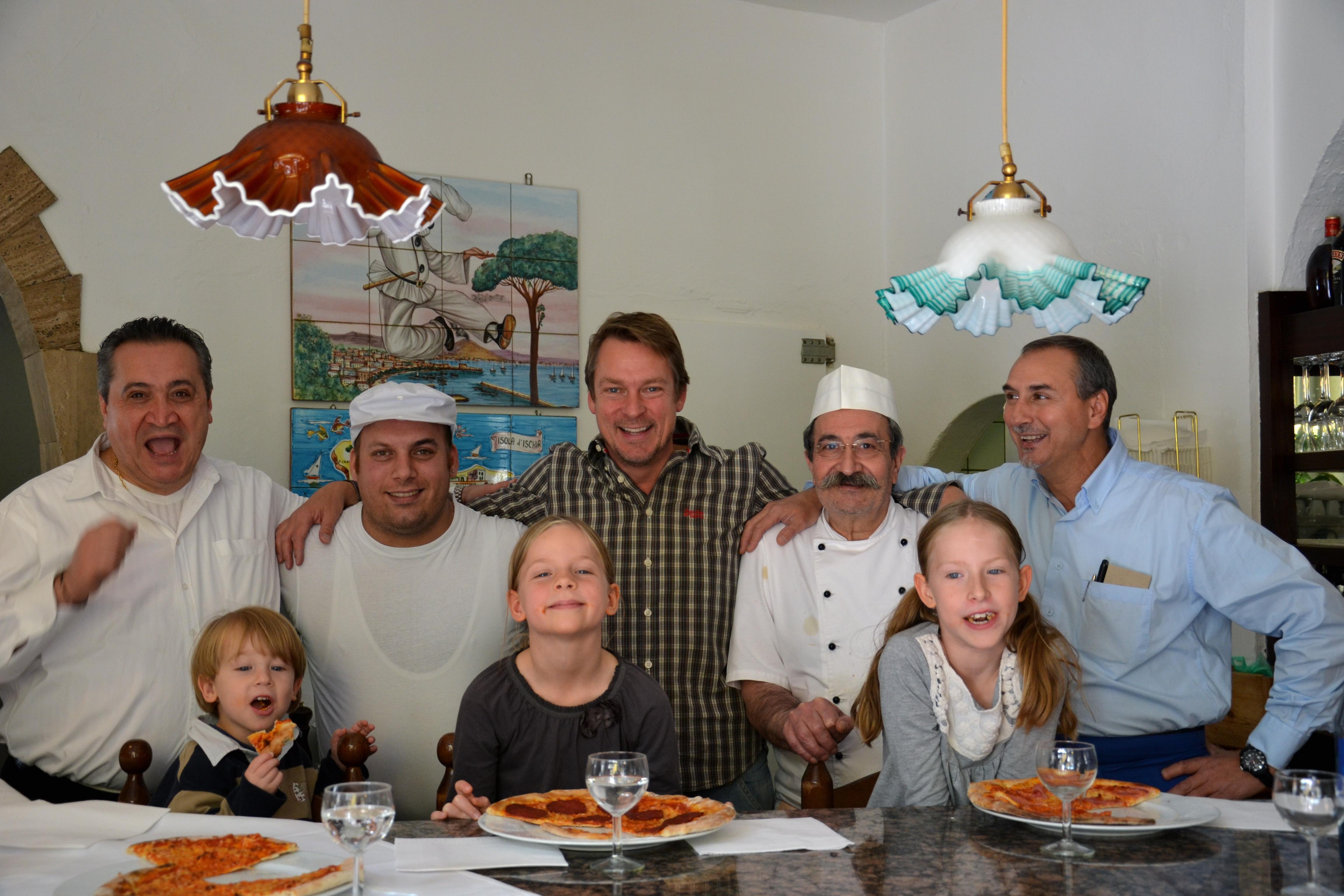 Kinderpizza - Michael König mit seinen Kindern und dem Restaurantteam