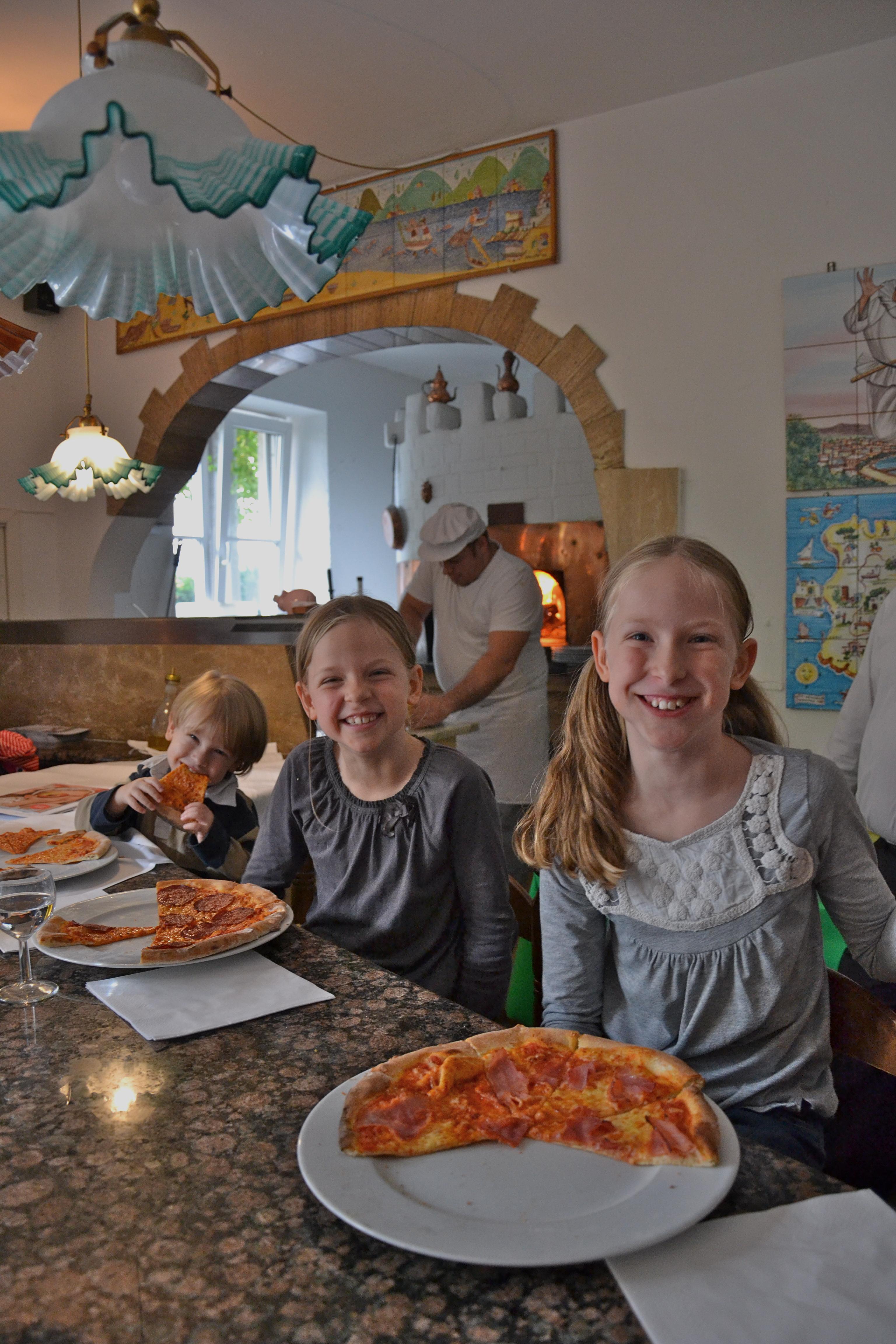 Kinderpizza - Anna, Marie und Peter schmecken die Pizzen