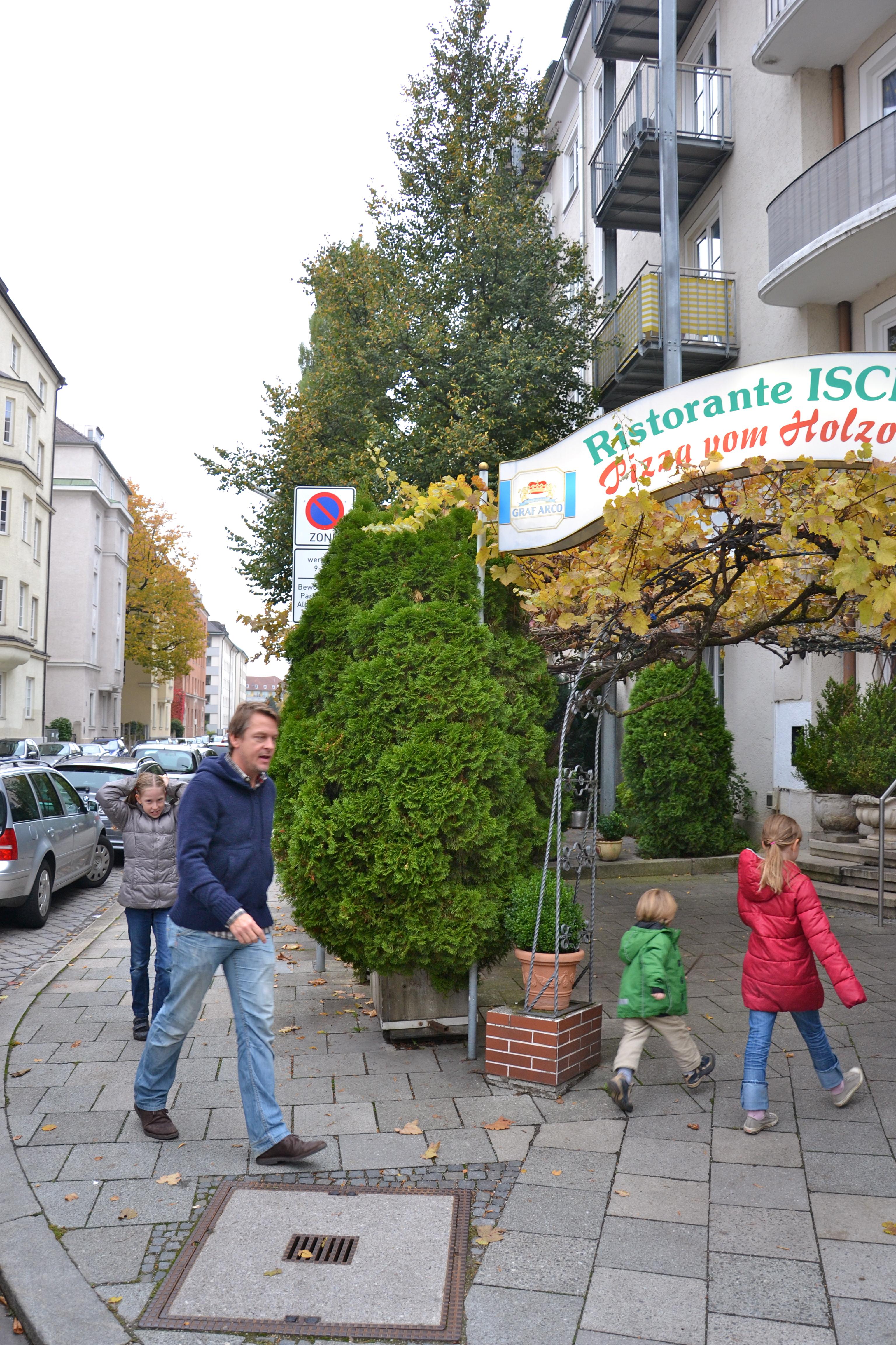 Kinderpizza - Michael König mit seinen Kindern auf dem Weg zur Pizzabackschule