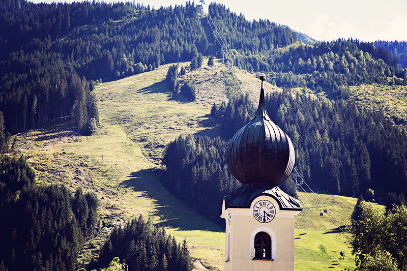 Saalbach Hinterglemm Kirche im Dorf