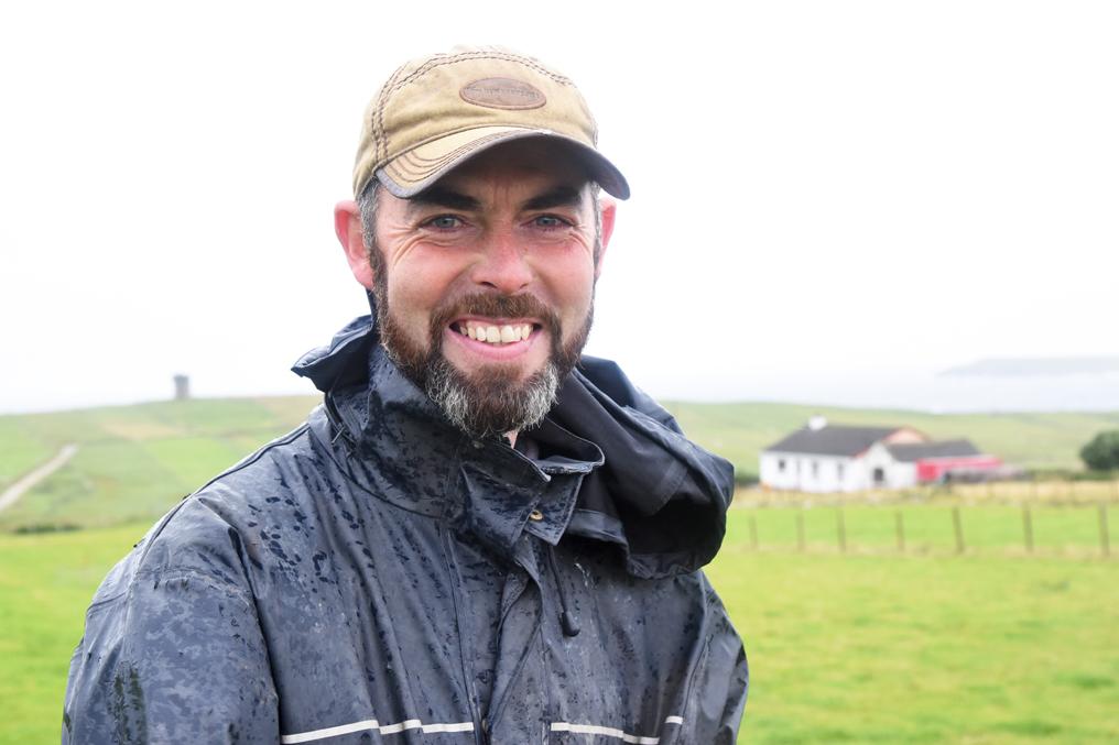 FJ Schaefer und Zuechter von Huetehunden Away to me Farm Donegal Irland Wild Atlantic Way