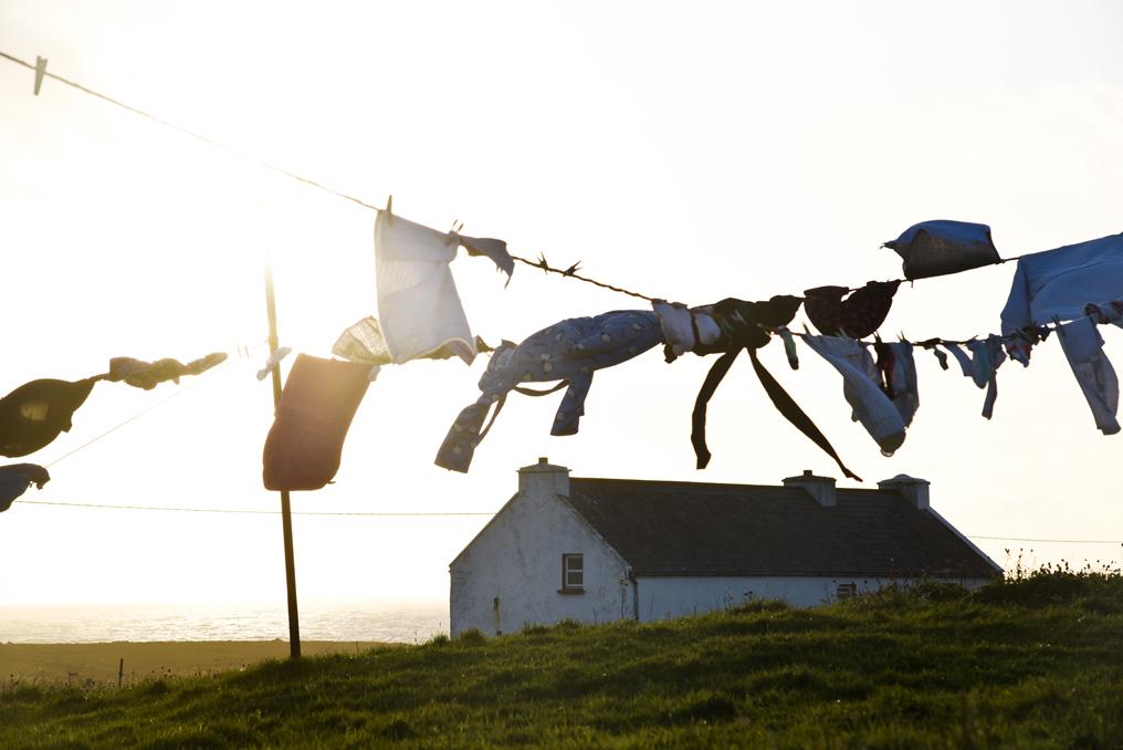 trocknende Waesche auf Leine in malerischem Sonnenlicht Donegal Irland Wild Atlantic Way