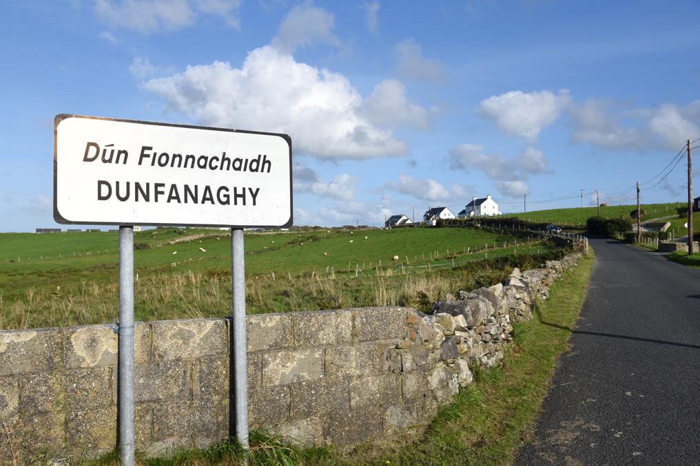 irisches Straßenschild in Donegal Irland auf Roadtrip ueber die gruene Insel Wild Atlantic Way