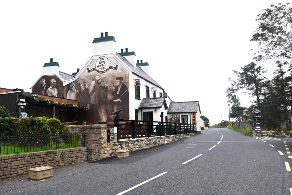 Fassade des Rusty Mackerel Einkehren und Musik hoeren auf dem Roadtrip ueber die gruene Insel Donegal Irland Wild Atlantic Way