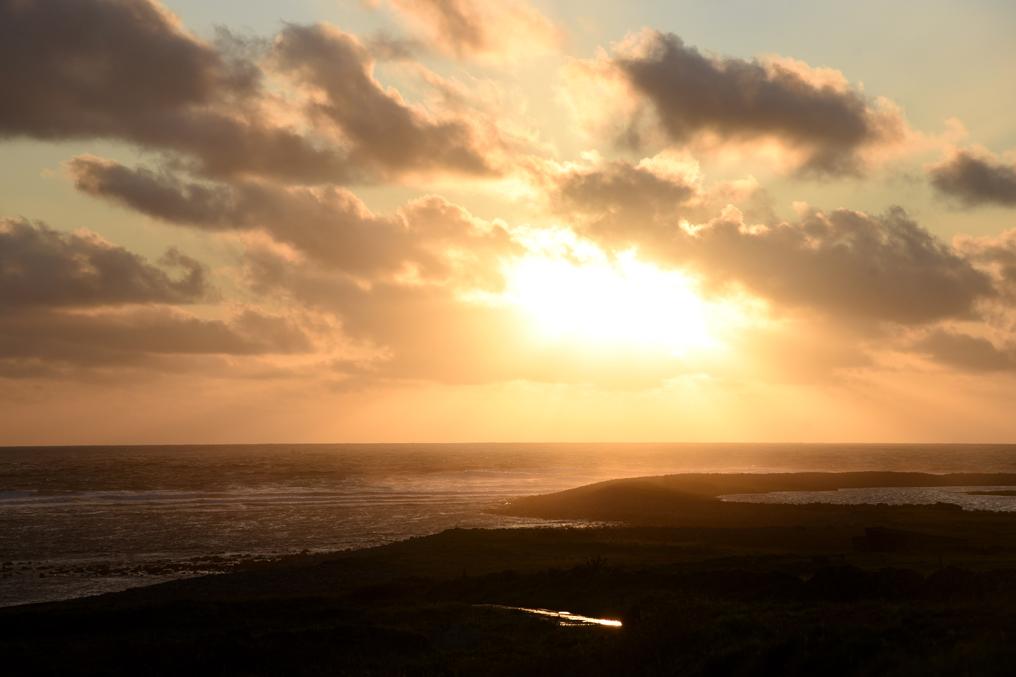 wunderschoener Sonnenuntergang am Atlantik auf dem Roadtrip ueber die gruene Insel Donegal Irland Wild Atlantic Way