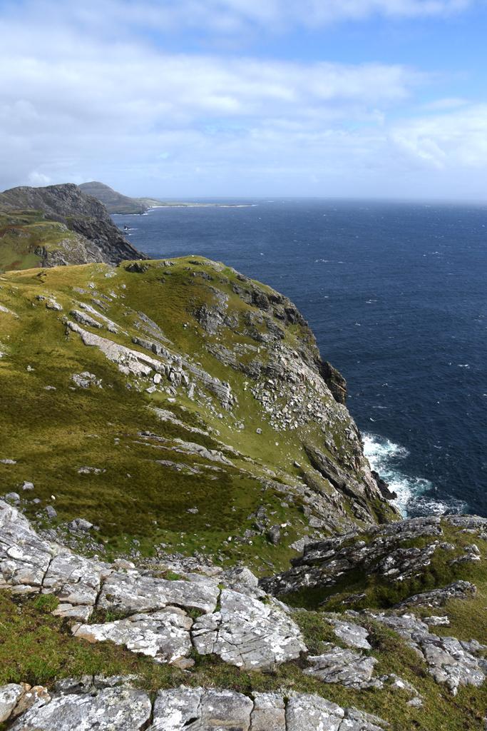 Steilkueste mit Blick auf Atlantik auf Roadtrip ueber gruene Insel Donegal Irland Wild Atlantic Way